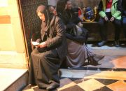 woman-prays-in-church-of-the-holy-sepulcher