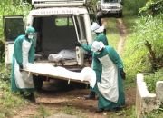 sierra-leone-health-workers-with-ebola-victims-body