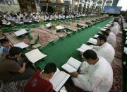 men-read-the-quran-in-iraq