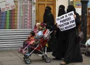 muslim-women-with-placards