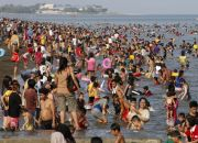 filipinos-celebrate-easter-at-beach