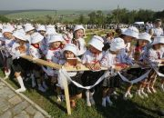 ukraine-girls-wait-for-communion