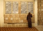 yazidi-woman-worships
