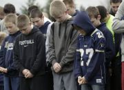u-s-youth-footballers-pray
