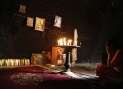 syrian-christian-woman-prays