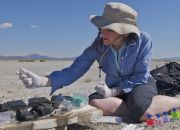 felisa-wolfe-simon-takes-samples-from-a-sediment