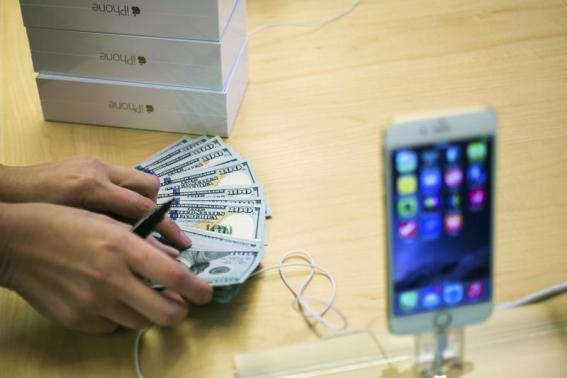 PHOTO REUTERS ADREES LATIFAn Employee Counts Money While Selling New IPhone 6 Phones At The Fifth Avenue Apple Store On First Day Of Sales In