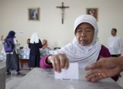 indonesian-muslim-woman-votes-in-catholic-hospital