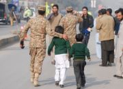 soldier-escorts-pakistan-schoolchildren