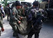 philippine-police-carry-body-bag